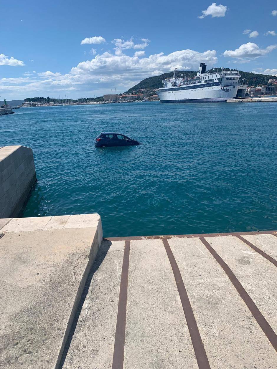 Auto u Splitu završio u moru, ljudi na vrijeme izašli iz njega
