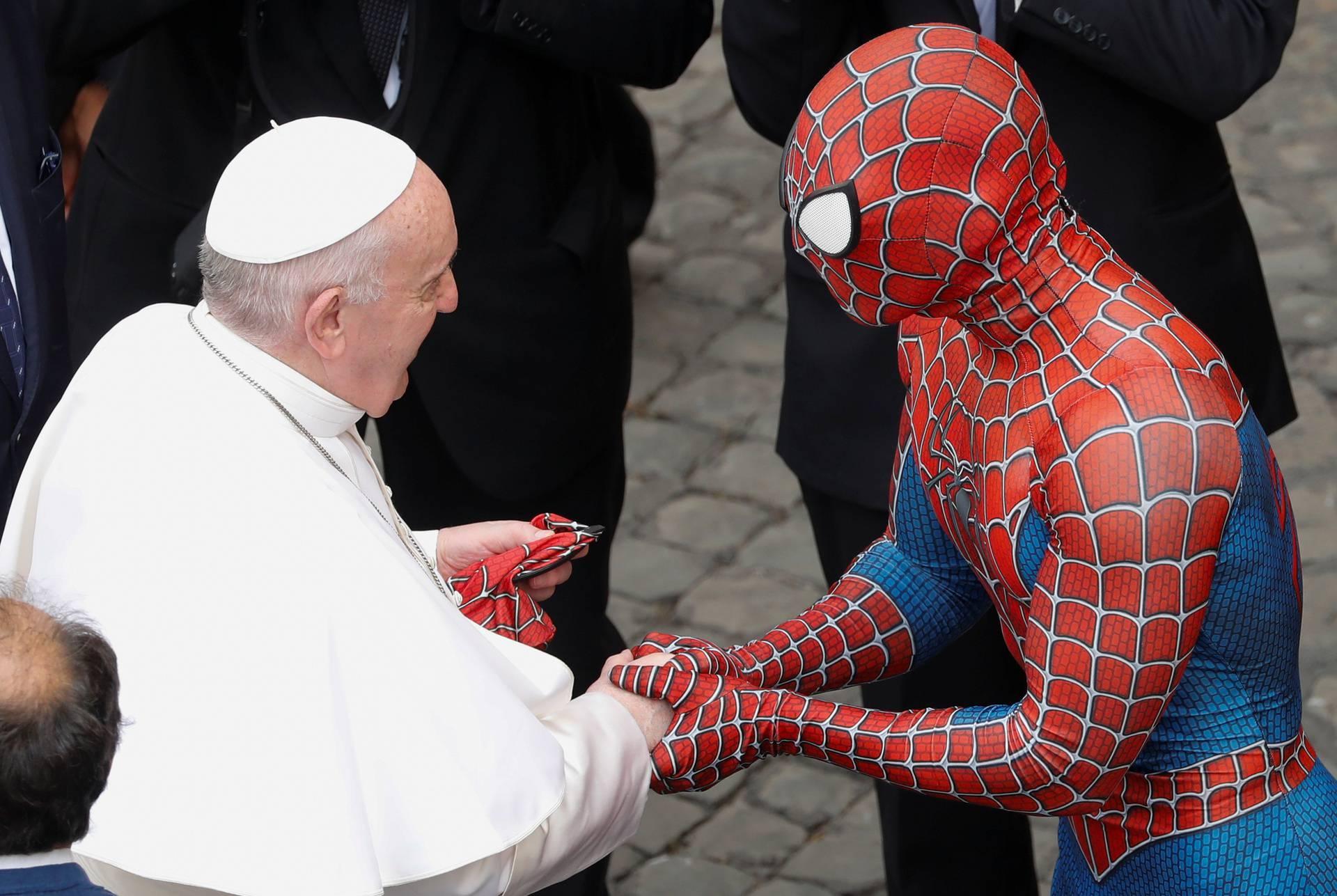 Otkriveno tko je Spiderman  o kojem svi pričaju: Čekao Papu po nesnosnoj vrućini da ga vidi