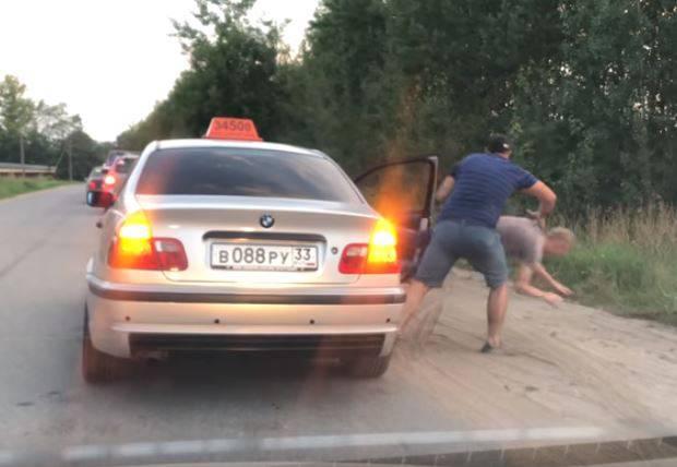 Potjerao mladića van iz taksija jer je kroz prozor bacio smeće