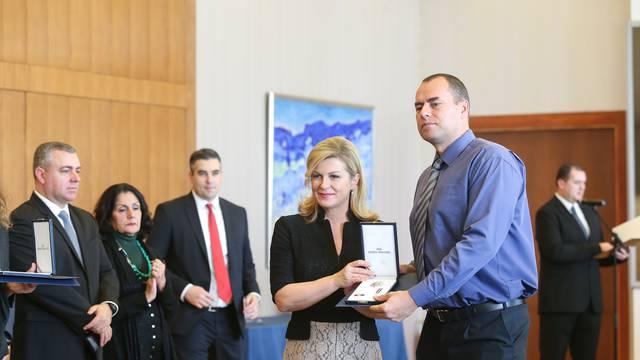 Grabar Kitarović odlikovala dobrovoljne darivatelje krvi