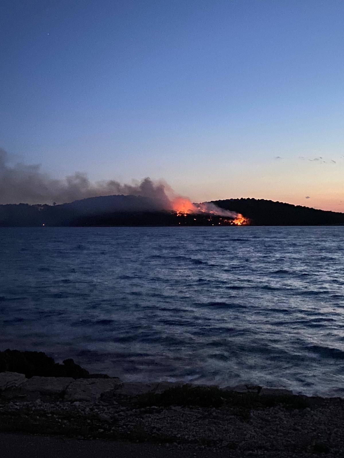 Požar kod Milne na Braču hara već četiri dana: Muči ih vjetar