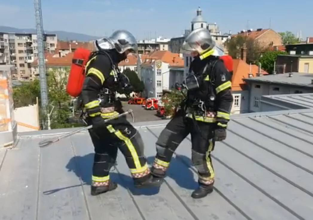 Vatrogasci plesali na krovu: 'Mi smo puno čvršći od dimnjaka...'