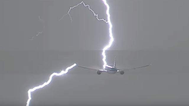 Avion i munja