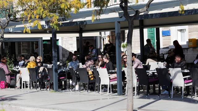 Šibenik: Terase kafića pune posljednji dan prije provedbe odluke Vlade i Stožera o zabrani rada