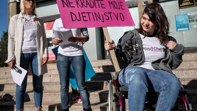 Zagreb: Članovi udruge Sjena u suradnji organizirali prosvjed zbog Zakona o sovijalnoj skrbi