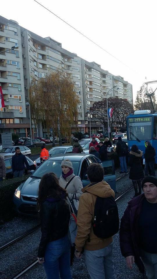 Šok u Zagrebu: Autom probio živicu i zaustavio se na pruzi