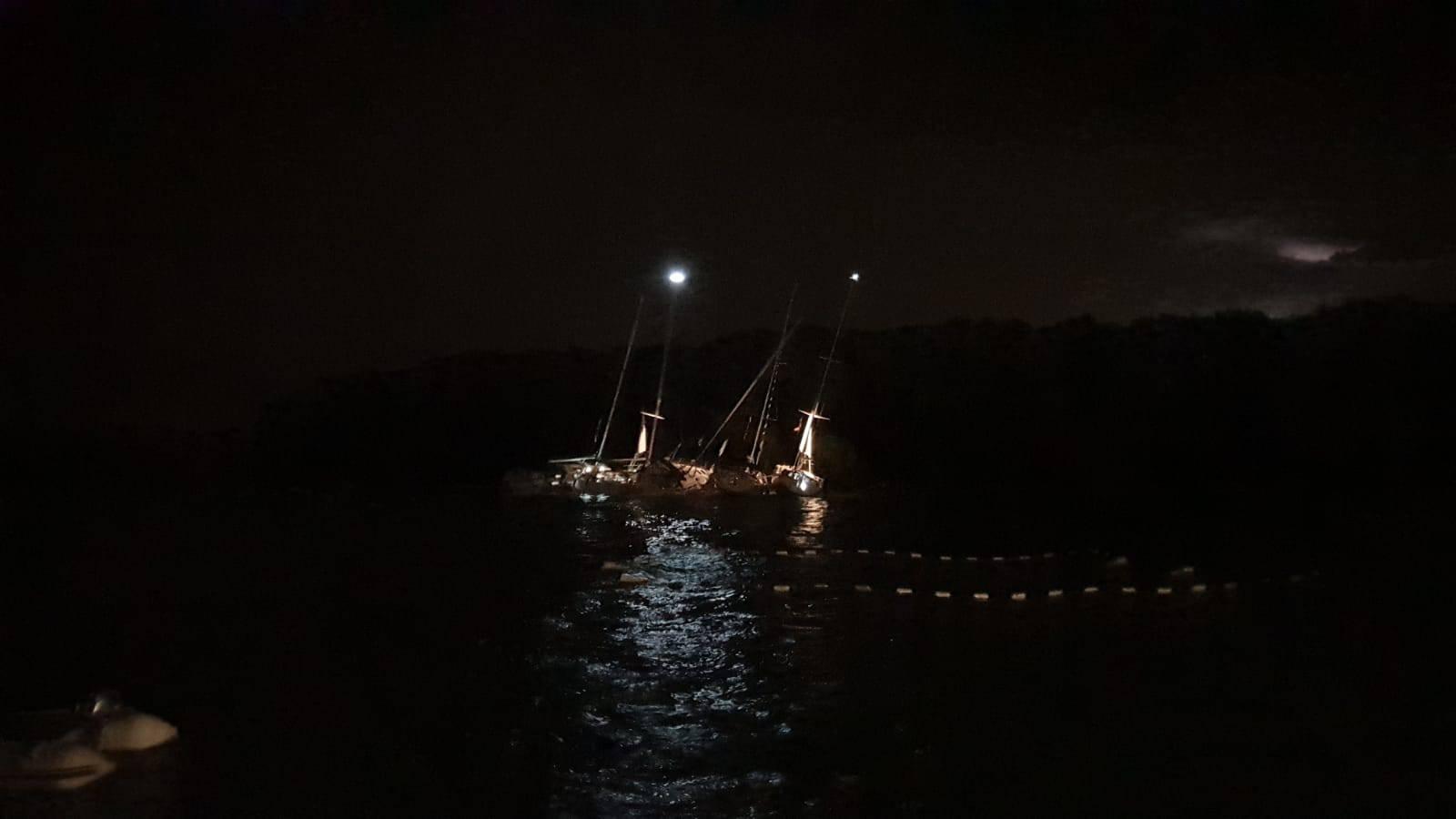 Jedrilica s pet članova posade nasukala se kod otoka Ravnika