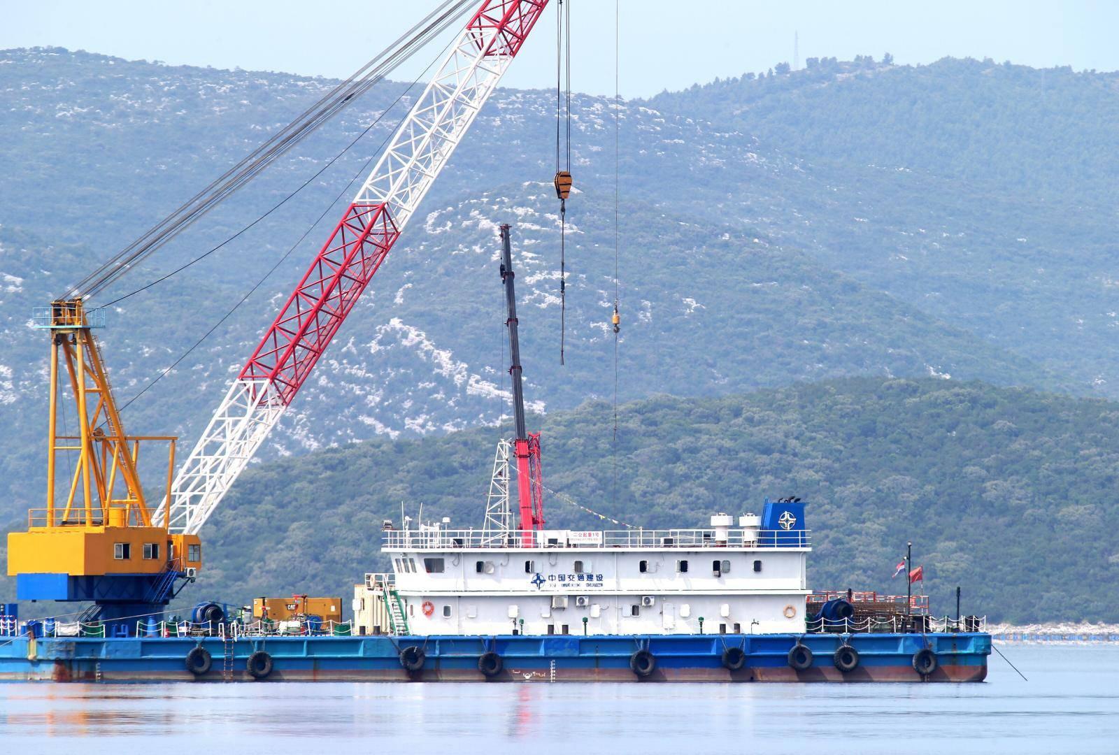 Radovi na Pelješkom mostu nadalje se odvijaju iznad površine mora, sve prije roka