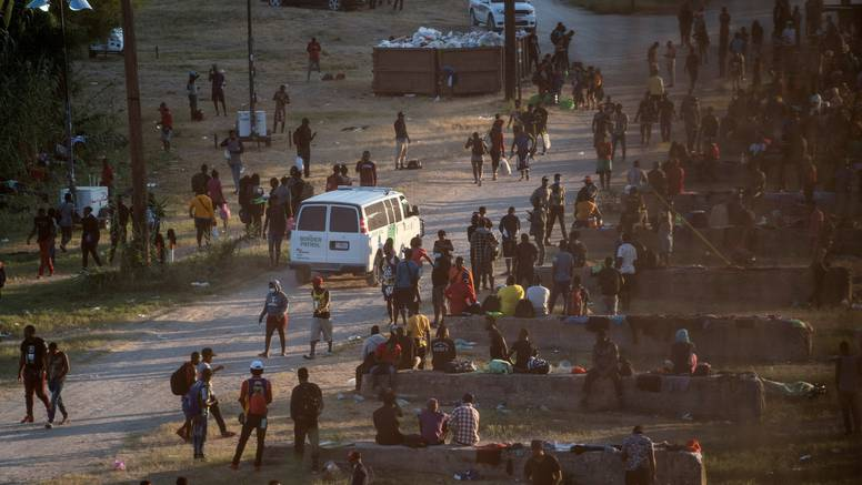 Nova kriza za Bidena u Teksasu: Tisuće migranata pod mostom uz granicu, bez vode i hrane