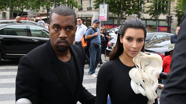 KIM KARDASHIAN ET KANYE WEST AU DEFILE STEPHANE ROLLAND A PARIS