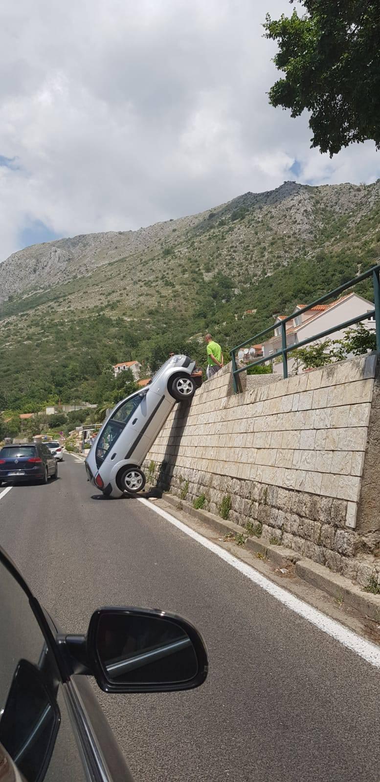 Vertikalno parkiranje? Bizarna nezgoda u Župi dubrovačkoj...