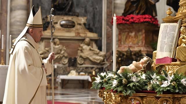 Papa Franjo na ponoćki pozvao na pomoć siromašnima: 'Isus je rođen kao siromah prognanik'