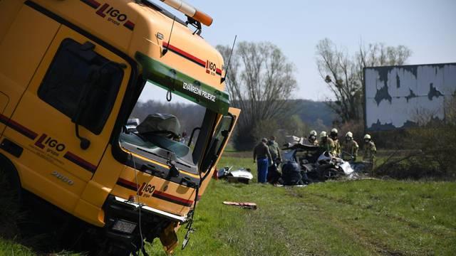 U prometnoj nesreći kod Bjelovara poginule su dvije osobe, sudarili su se automobil i kamion