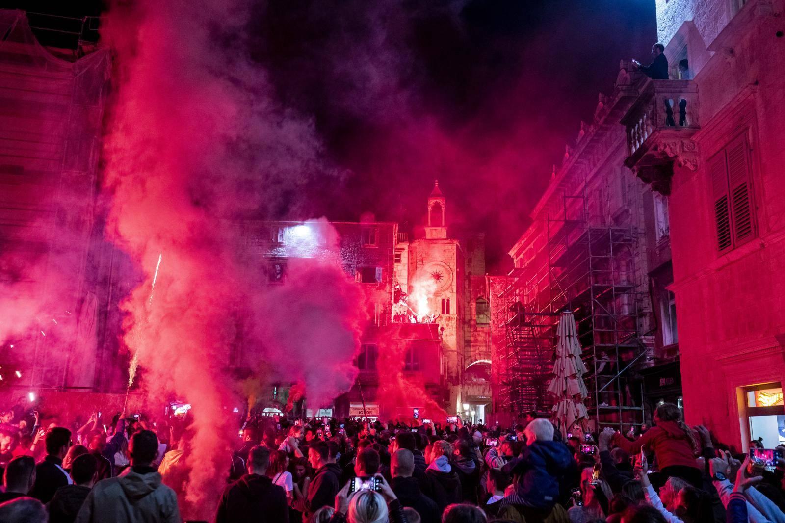 Split: Torcida velikom bakljadom uz pratnju policije slavi 70. rodendan