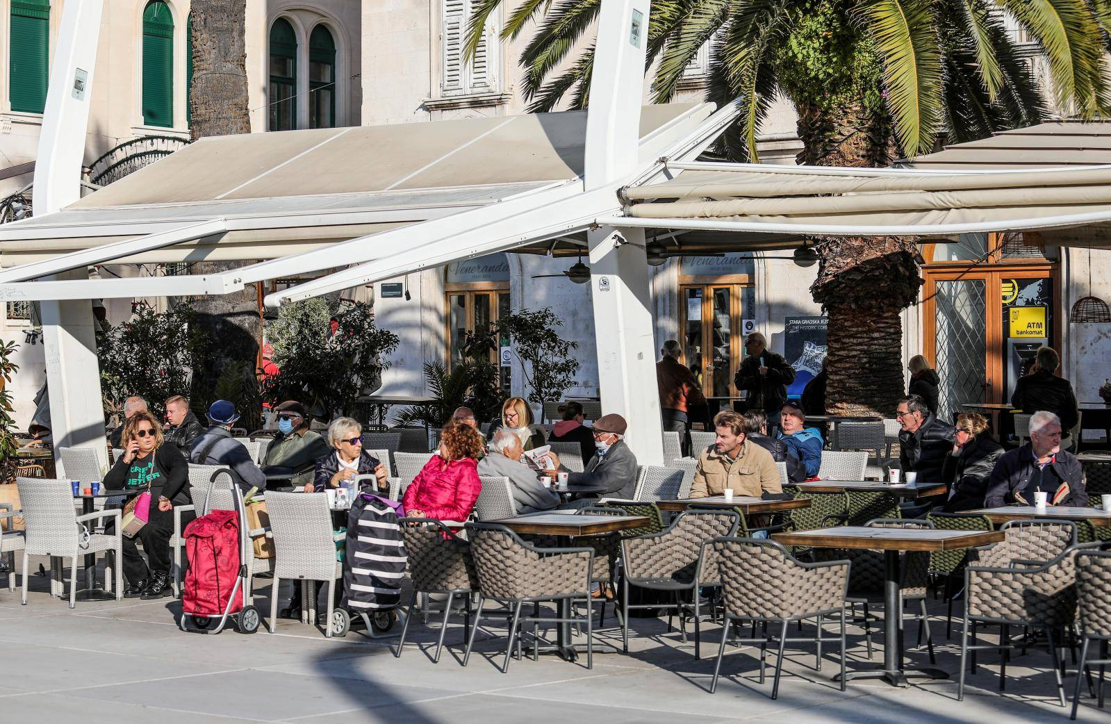 Split: Građani s kavom za van sjeli na terase zatvorenih lokala i uživali na suncu