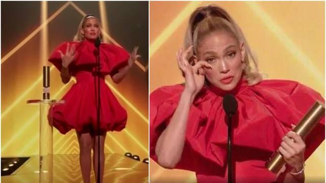 J.Lo primila nagradu ikone pa je optužili da glumi: 'Lažno plače!'