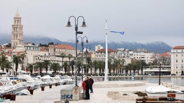 Split: Osvježenje i bura koja se najavljuje već polako dolazi što pokazuje i snijeg na Mosoru