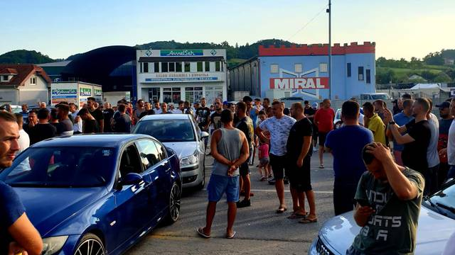 Prosvjed protiv migranata u Velikoj Kladuši: Napali buseve kojima ih dovoze, blokirali cestu