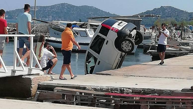 Dečki se sparkirali i zaboravili na ručnu,  auto skliznuo u more