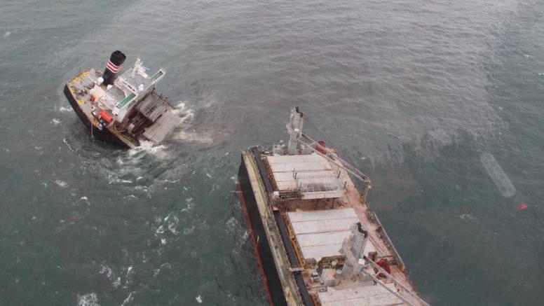 Ekološka katastrofa: Prepolovio se teretni brod na obali Japana