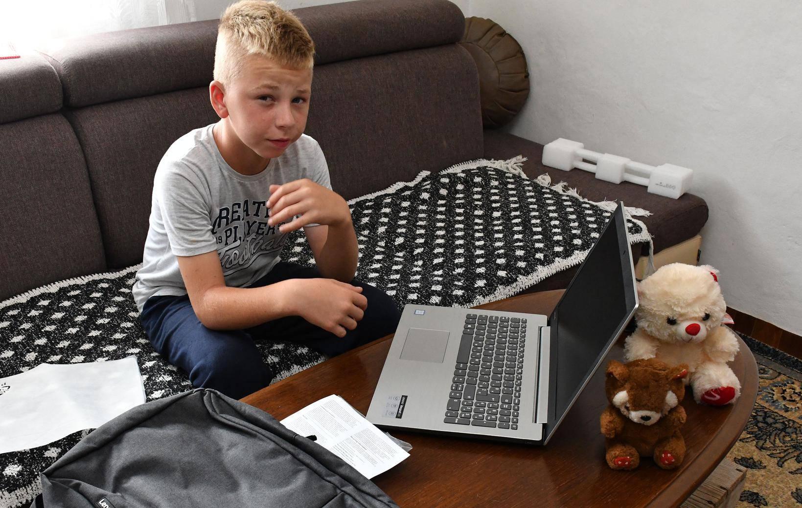 Tuzla/ Selo Brlosci - Redakcija 24sata poklonila je laptop dječaku Zuhdiji Aliću.