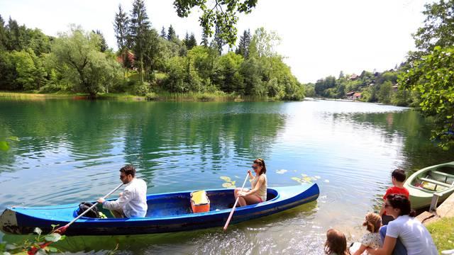 Vožnja u kanuima ili sjedeći uz rijeku: Mnogi su sunčanu subotu proveli na rijeci Mrežnici