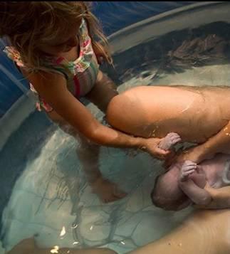 Curica (4) pomogla mami da rodi bracu u bazenu kod kuće