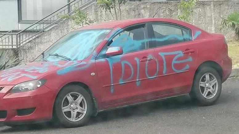 Koga je on naljutio? Na auto u Rijeci netko napisao 'IDIOTE'; Susjed: Sigurno nije zbog žene