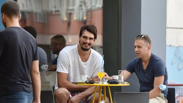 Šibenik: NBA igrač Phoenix Sunsa, Dario Šarić, na kavi s prijateljem u rodnom gradu