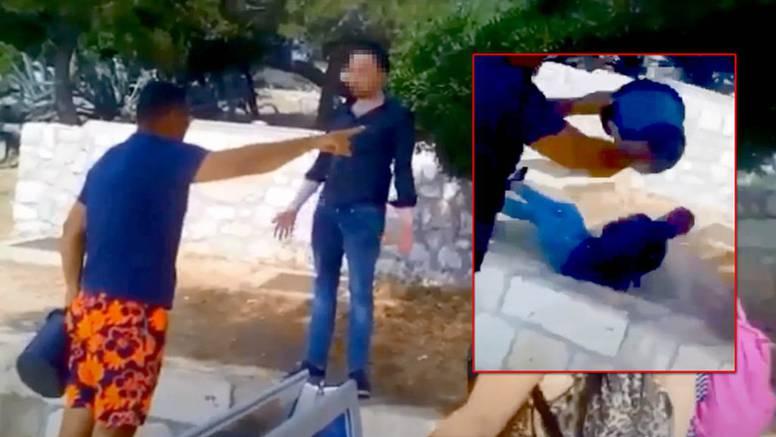 Sramotna snimka s Hvara: Turist sjedio na zidiću, došao otočanin i zalio ga kantom vode
