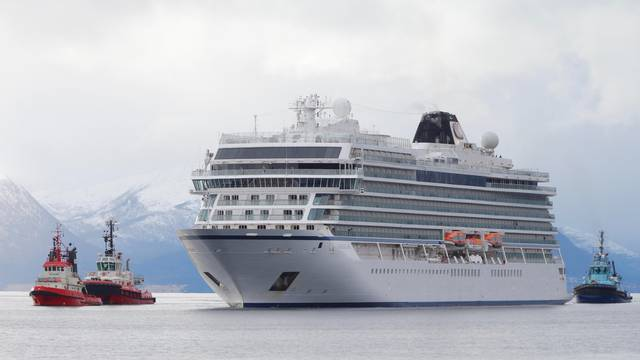 Viking Sky cruise ship arrives at Molde