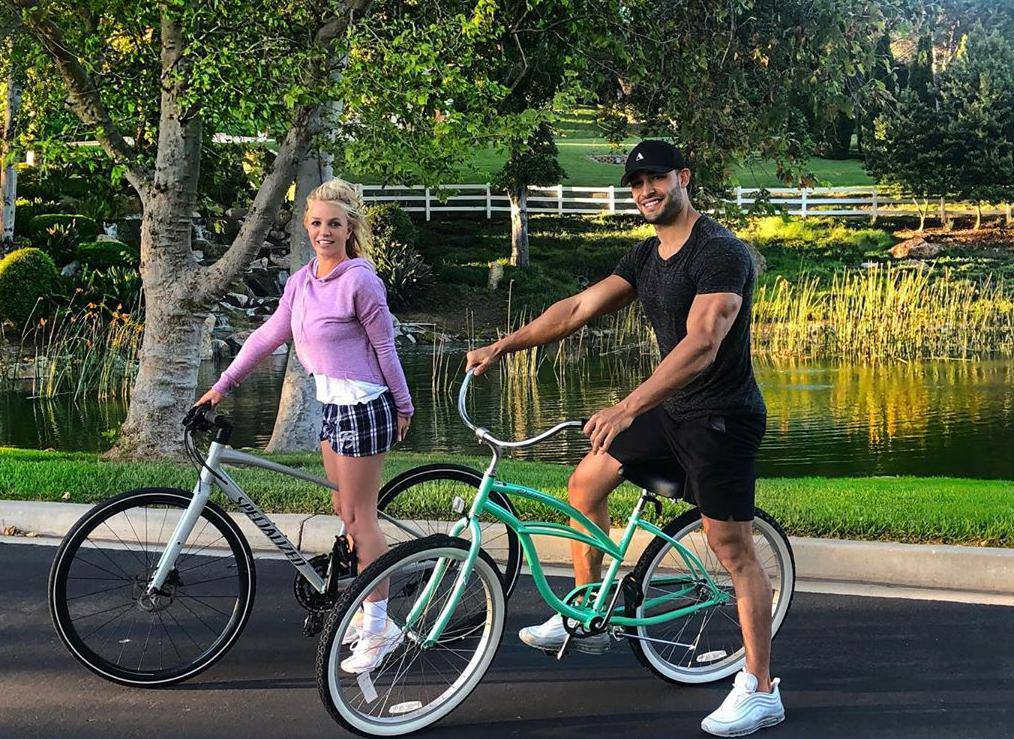 Britney Spears i dečko Asghari uživaju u romantičnoj vožnji...