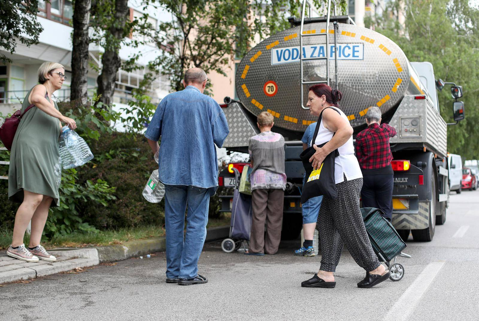 Zagreb: Cisterna s vodom za piće opskrbljuje građane Novog Zagreba