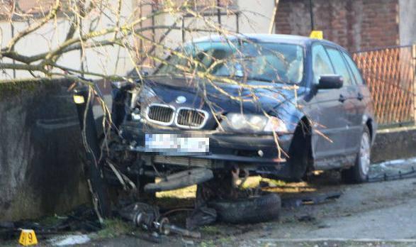 BMW sletio s ceste: Mladića  su hitno odvezli  u požešku bolnicu