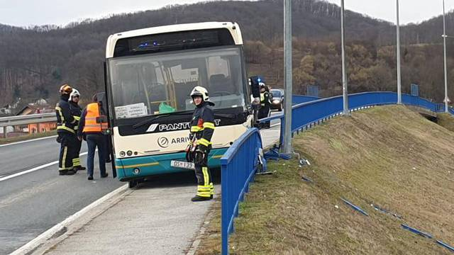Autobus pun djece zabio se u ogradu: Vozaču je pozlilo...