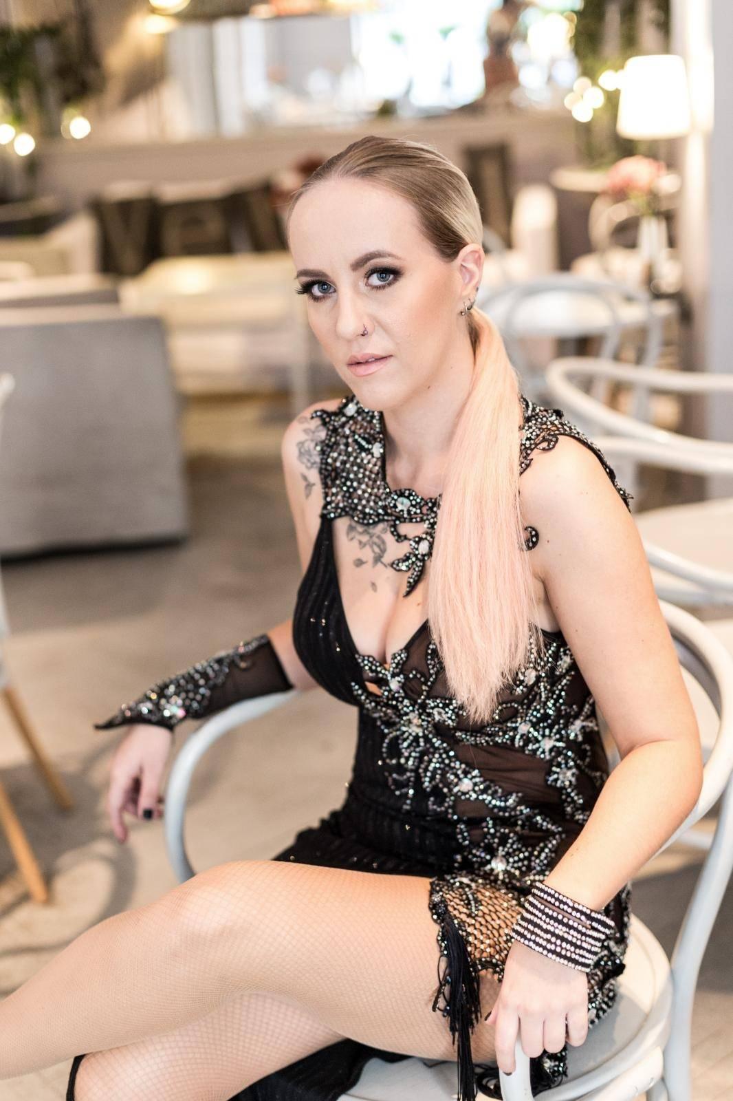 Nina Kraljić otkrila gole grudi ispod čipke: 'Ima dobre adute'