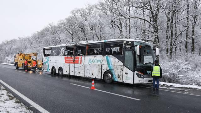 Bus koji se prevrnuo išao je iz Splita za Osijek: Vozio je mlađi vozač, obojica su u stanju šoka