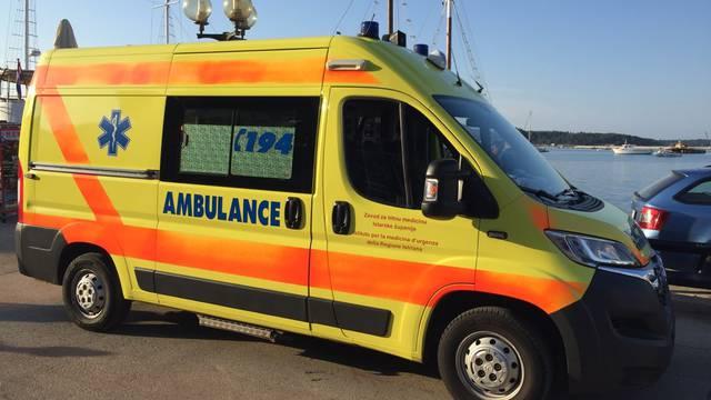 Udario u rubnjak, pao na cestu: Vozač mopeda teško ozlijeđen