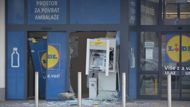Raznijeli bankomat u Karlovcu, novčanice se razletile po cesti
