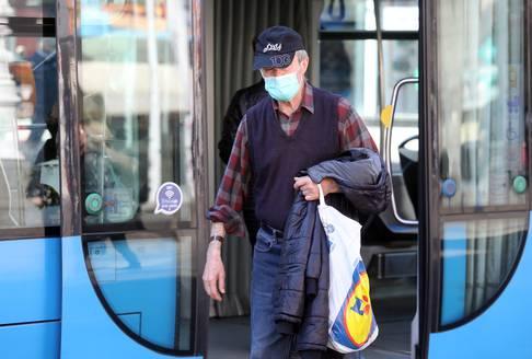 Zagreb: Smanjen broj putnika u tramvajima, neki od njih nose zaštitne maske