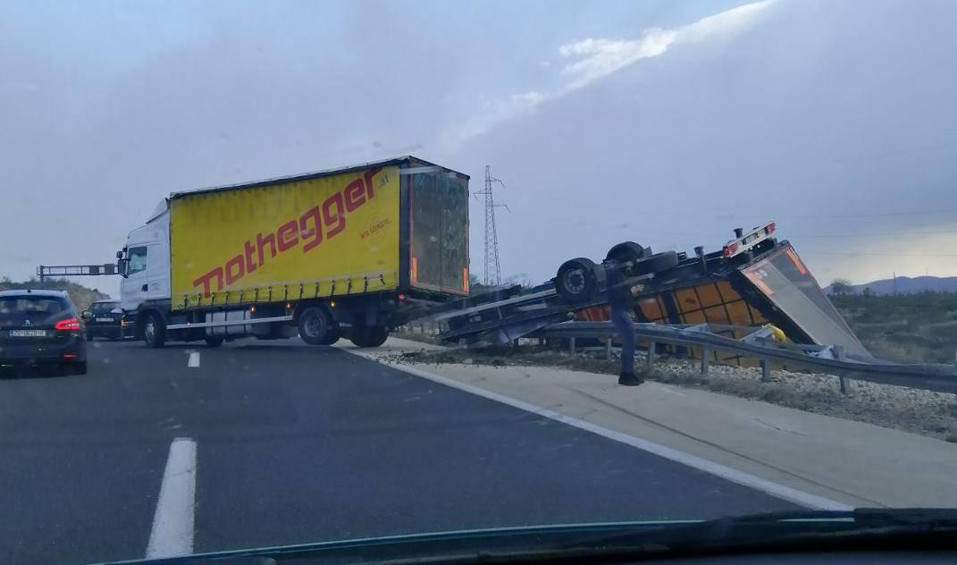 Na autocesti A1 kod Svetog Roka bura prevrnula prikolicu