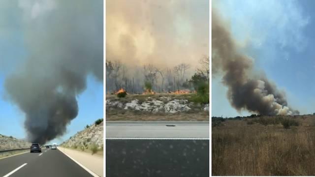 VIDEO Gori kod Benkovca! Vatra je blizu kuća. Dim je prekrio dio autoceste, ograničili su brzinu