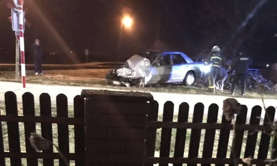 Brzi vlak udario je u Mercedes: Vozač u šoku, završio u bolnici