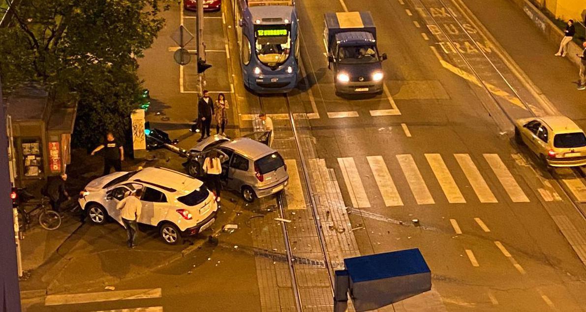 Sudar dva vozača u Zagrebu, jedan auto odletio u semafor...