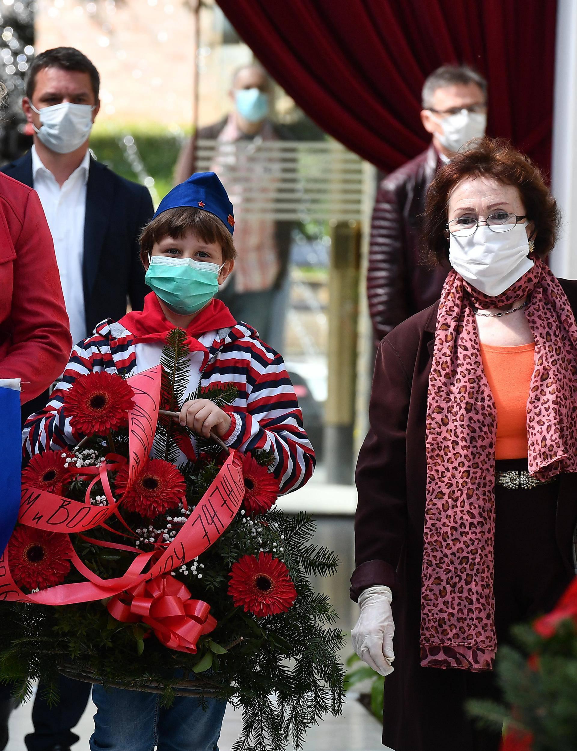 S maskama u Kuću cvijeća: U Beogradu su odali počast Titu