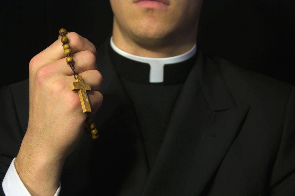 Župnik napustio crkvu jer se zaljubio u djevojku iz mladosti?