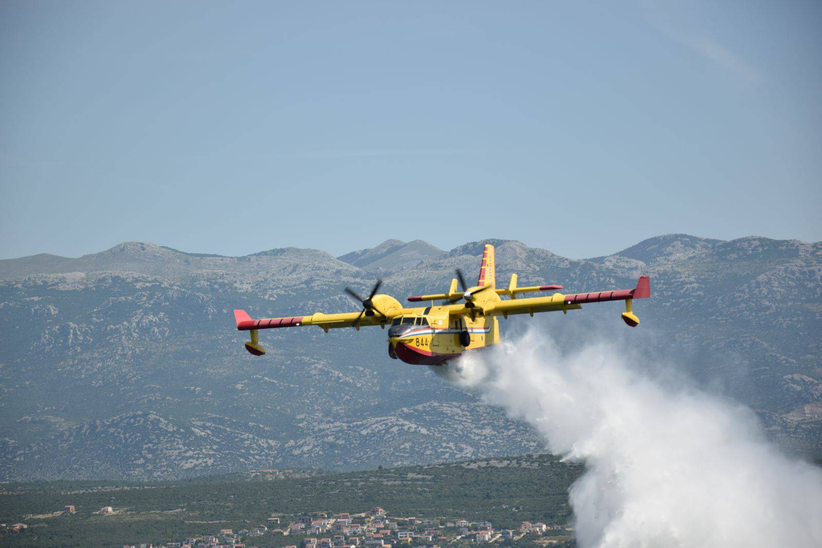 Gori kod Drniša: Požar gase i dva kanadera, jedan aitractor...