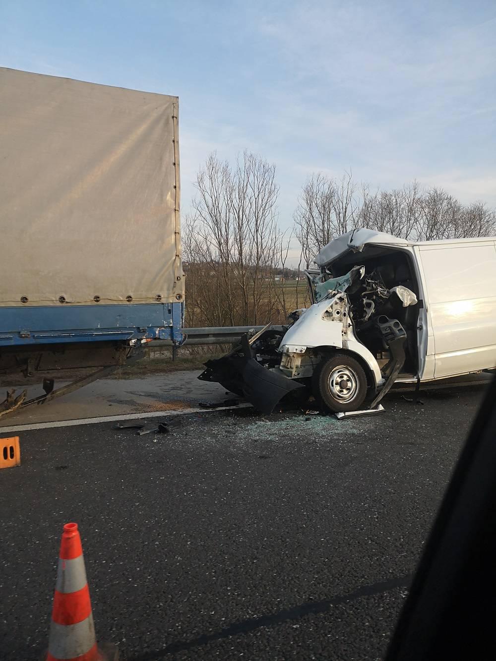 Kombi udario u kamion na A4: Prednji kraj potpuno smrskan!