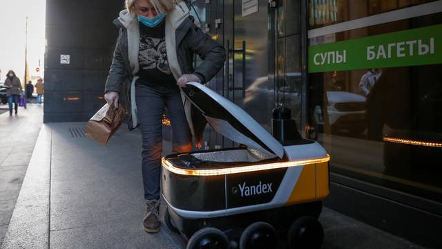 Yandex robots deliver restaurant meals in central Moscow