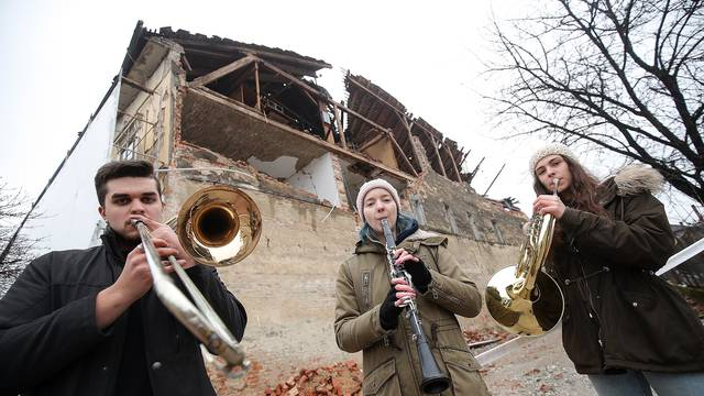 Svirali 'Welcome to the jungle' ispred glazbene škole u Petrinji